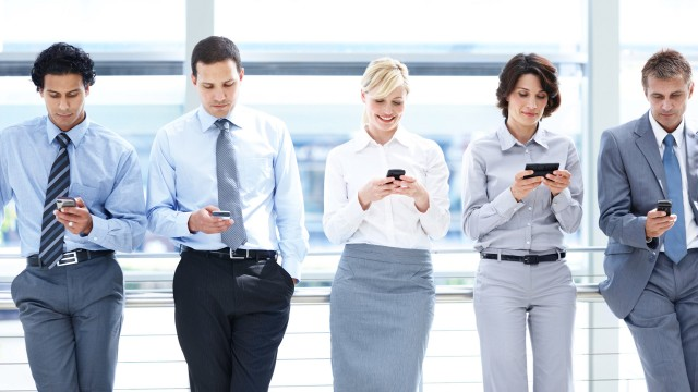 لماذا يجب على الشركات شراء الهواتف الذكية للموظفين؟