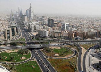 """تتسارع التنمية الإقتصادية في السعودية وتواصل الحكومة إطلاق المشاريع الكبرى لتحقيق التحول الكبير الذي يطمح إليه الشعب السعودي. وبينما تعمل على مشاريع مثل نيوم ومدن جديدة صاعدة، تأتي استراتيجية مدينة الرياض لتؤكد على أهمية العاصمة السعودية ضمن رؤية 2030. أهمية مدينة الرياض في السعودية: تشكل هذه المدينة الكبرى 50% من الإقتصاد غير النفطي بالسعودية، كما أن تكلفة خلق الوظيفة بالرياض أقل بـ30% من أي مدينة أخرى. مقارنة بالكثير من المدن أيضا تفضل الشركات العالمية التواجد في هذه المدينة بالضبط وبدء أعمالها التجارية منها ومن ثم التوسع إلى بقية أنحاء المملكة. وإلى جانب ذلك يتزايد عدد سكان هذه المدينة بشكل متسارع ومن المنتظر أن يصل عدد سكانها إلى 20 مليون نسمة في العقد القادم ويعيش بها حاليا 7.5 مليون نسمة. وفق احصائيات 2018 فهي ثالث أكبر عاصمة في العالم العربي، وهي تتمتع بموقع جغرافي مهم على خريطة التجارة العالمية. أضف إلى ما سبق تكلفة تطوير البنى التحتية أقل بنسبة 29% مقارنة بالمدن الأخرى، فيما تحتل الرياض المركز 40 عالميا ضمن المدن الإقتصادية. أهداف استراتيجية مدينة الرياض: أهم هدف بالنسبة لهذه الإستراتيجية برمتها هو أن تصبح الرياض ضمن أكبر 10 مدن اقتصادية في العالم بحلول 2030. ولتحقيق ذلك تعمل المملكة على جذب الإستثمارات إلى المدينة، والبداية من خلال اقناع الشركات العالمية والدولية بفتح مكاتب لها في المدينة. وقد أبرمت 24 شركة عالمية اتفاقيات لإنشاء مكاتب إقليمية رئيسية لها في العاصمة السعودية الرياض، في خطوة تعكس الثقة بالسوق السعودية. هذه الشركات أبرزها هي """"بيبسيكو""""، و""""شلمبرجيه""""، و""""ديلويت""""، و""""بي دبليو سي""""، و""""تيم هورتينز""""، و""""بيكتيل""""، و""""بوش""""، """"بوسطن ساينتيفيك"""". هذا يعني أن الرياض ستصبح المنافس الأكبر لمدينة دبي في الإمارات والتي لطالما شكلت المكان الأساسي لتواجد الشركات العالمية في المنطقة. من المنتظر أن يتم بناء 5 مدن صناعية مختلفة في الرياض ستشمل مختلف المجالات والصناعات المهمة في المستقبل، فيما لا يغيب المناخ عن الخطط الرسمية حيث تم الكشف عن برنامج لتشجير ملايين الأشجار في الشوارع والأزقة والمساحات الخضراء. يريد ولي العهد السعودي الأمير محمد بن سلمان أن تصبح الرياض واحدة من أكبر عشر مدن في العالم في إطار استراتيجيته للإصلاح الاقتصادي التي تهدف إلى إنهاء اعتماد المملكة على """