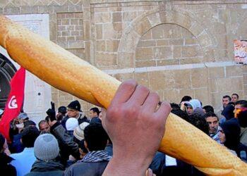 ينبغي القلق على اقتصاد تونس وليس ديمقراطيتها الفاشلة